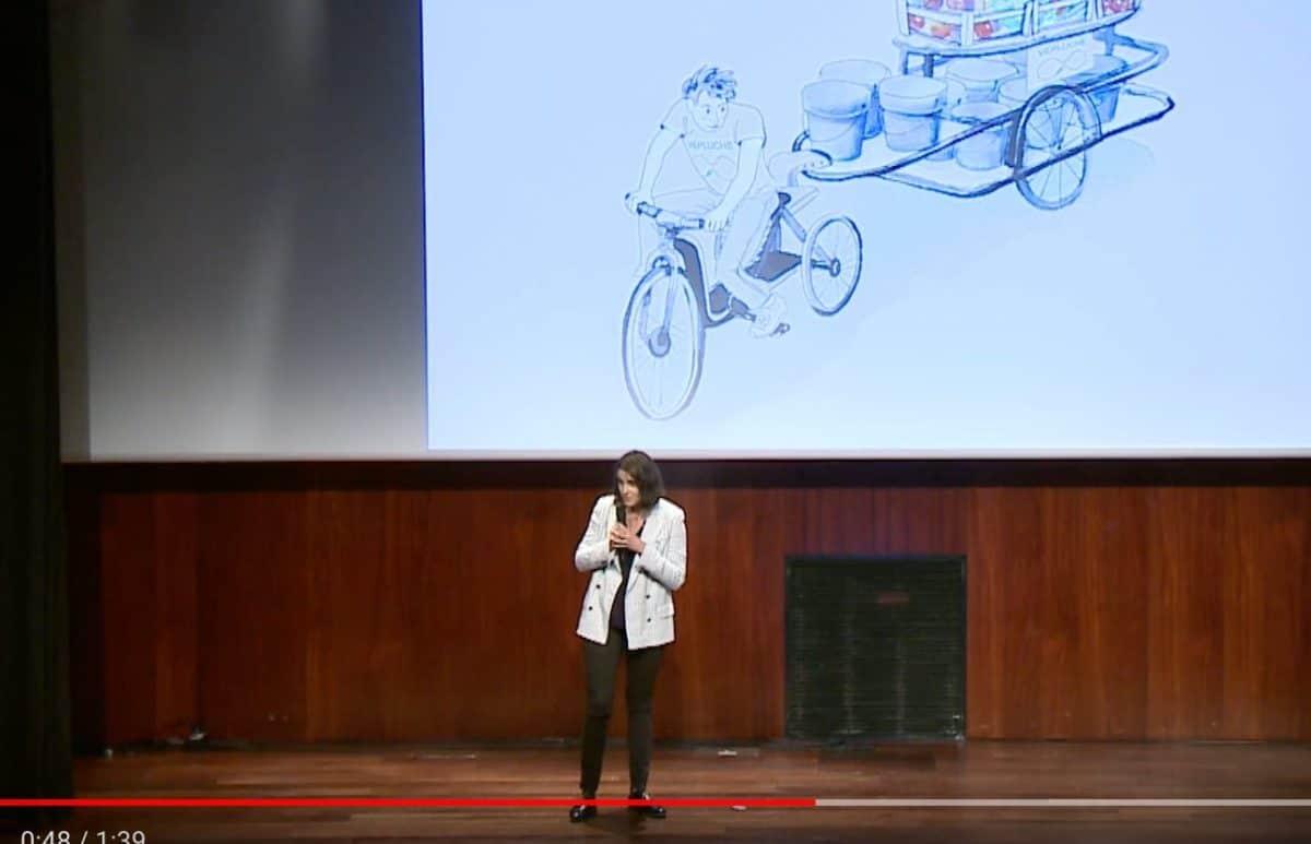 Clara-Duchalet-fondatrice-de-Vépluche-devant-un-de-ses-vélos-cargos