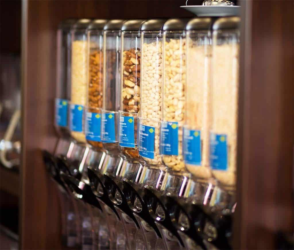 Les distributeurs en vrac, exemple de pratique zéro déchet évitant les emballages